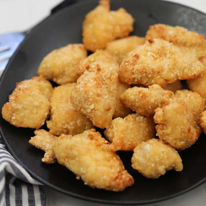 the frozen chicken nuggets air fryer time is 10 minutes to get crispy golden nuggets like the image
